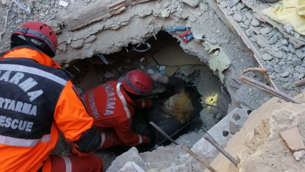 A woman is rescued from the quake rubble as teams conduct a search and rescue operations for survivors of a collapsed building after a 6.8-magnitude earthquake jolted eastern Turkish province of Elazig on 25 January, 2020 [Turkish General Command of Gendarmerie/ Handout/Anadolu Agency]