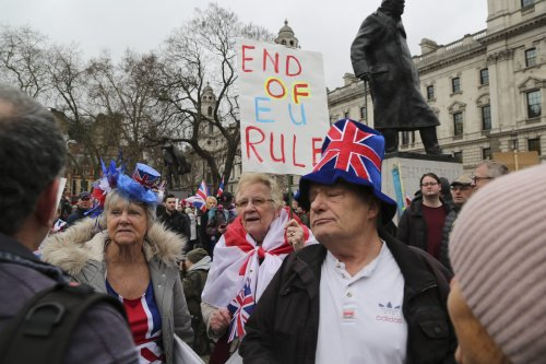 Opponents and supporters of Brexit gather around the UK Parliament building in London on the day that the UK formally leaves the European Union on 31 January, 2020 [İlyas Tayfun Salcı/Anadolu Agency]