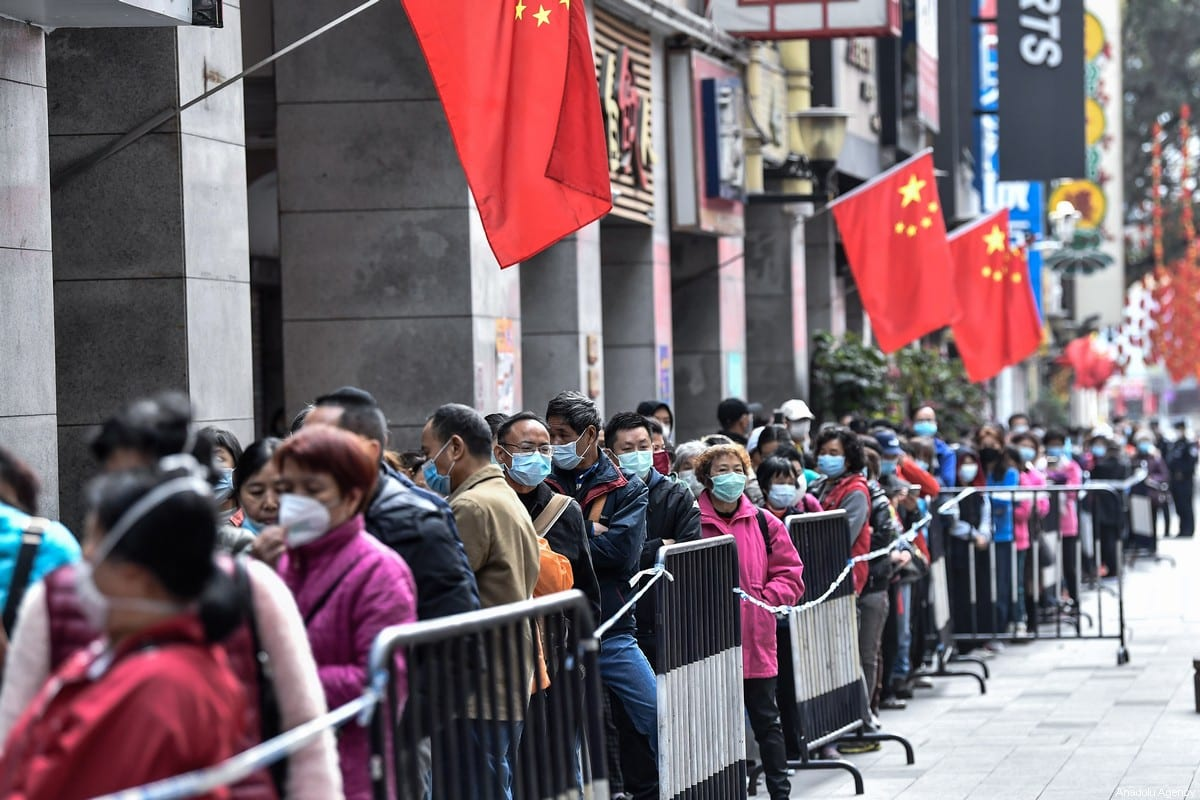 People are seen out of the shop to buy mask on 1 February 2020 in Guangzhou, China. [Stringer - Anadolu Agency]