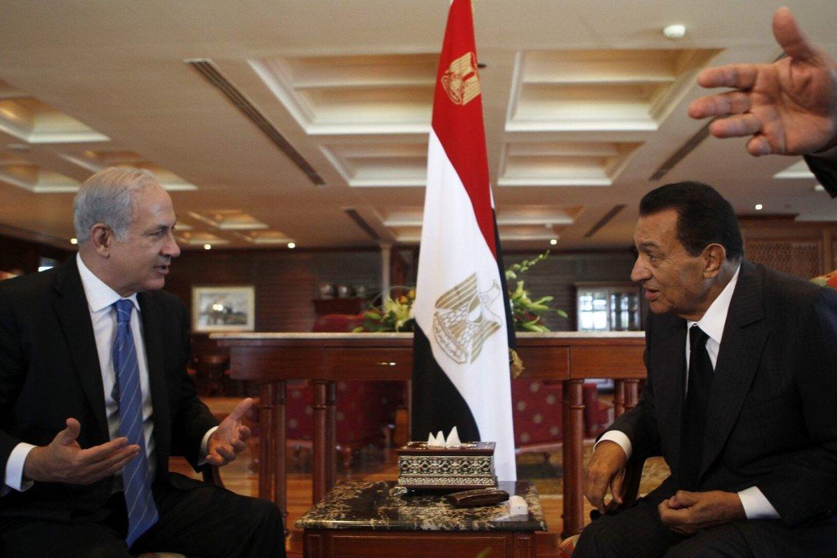 Prime Minister of Israel Benjamin Netanyahu (L) and former Egyptian President Hosni Mubarak