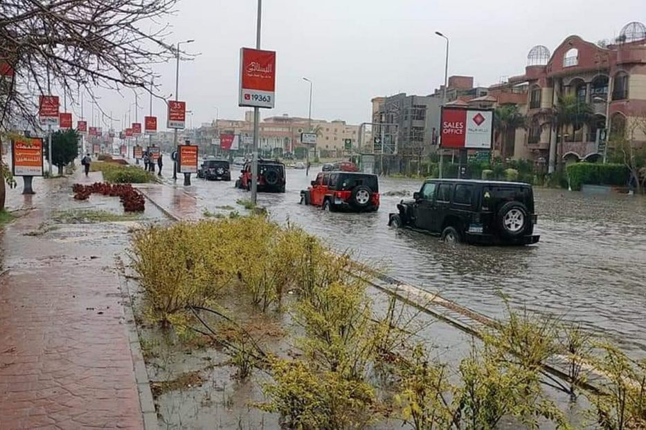 A group of volunteers are roaming the streets of Cairo to lend a helping hand to people and vehicles stuck on the streets due to heavy rain on 13 March 2020 [EgyProjects/Twitter]