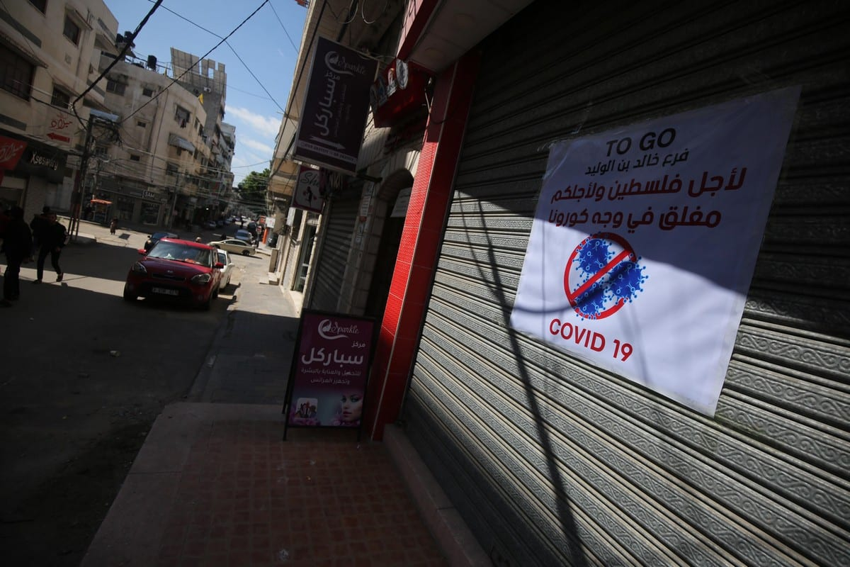Shops begin to close in Gaza after declaring coronavrius cases on 22 March 2020 [Mohammed Asad/Middle East Monitor]