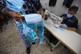 Gazans make millions of face masks for Europe [Mohammed Asad/Middle East Monitor]