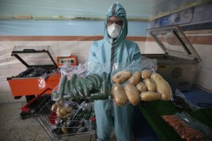 Palestinians in Gaza have launched a new sterilisation process for fresh fruit and vegetables in Gaza on 7 April 2019 [Mohammed Asad/Middle East Monitor]