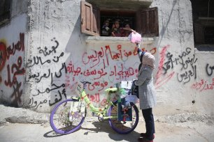 'Bicycle: For us is life' is an initiative which brings books to children living in refugee camps in Gaza 14 April 2020 [Mohammed Asad/Middle East Monitor]