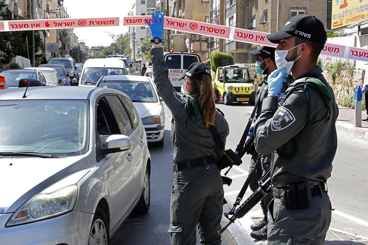 Israeli police check vehicles at a checkpoint in the ultra Orthodox city of Bnei Brak, near Tel Aviv, on 3 April, 2020 during the novel coronavirus pandemic crisis [JACK GUEZ/AFP via Getty Images]