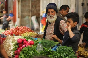 Palestinian markets are empty ahead of the usual business Ramadan shopping period as the 14-year siege and coronavirus outbreak have left people with no funds to enjoy the holy month's traditions, 24 April 2020 [Mohammed Asad/Middle East Monitor]