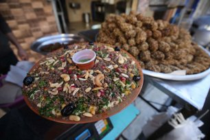 Palestinians prepare Hummus and Falafel for iftar, in Gaza, on 14 May 2020 [Mohammed Asad/Middle East Monitor]