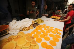 A Palestinian vendor prepares atayef, traditional pancakes that are popular at a market during Ramadan, on 10 May 2020 [Mohammed Asad/Middle East Monitor]