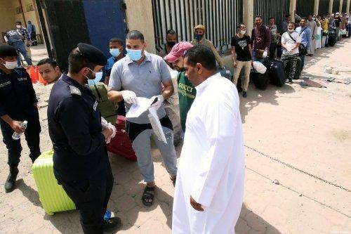Egyptians wearing masks queue up on 6 April, 2020 [YASSER AL-ZAYYAT/AFP via Getty Images]