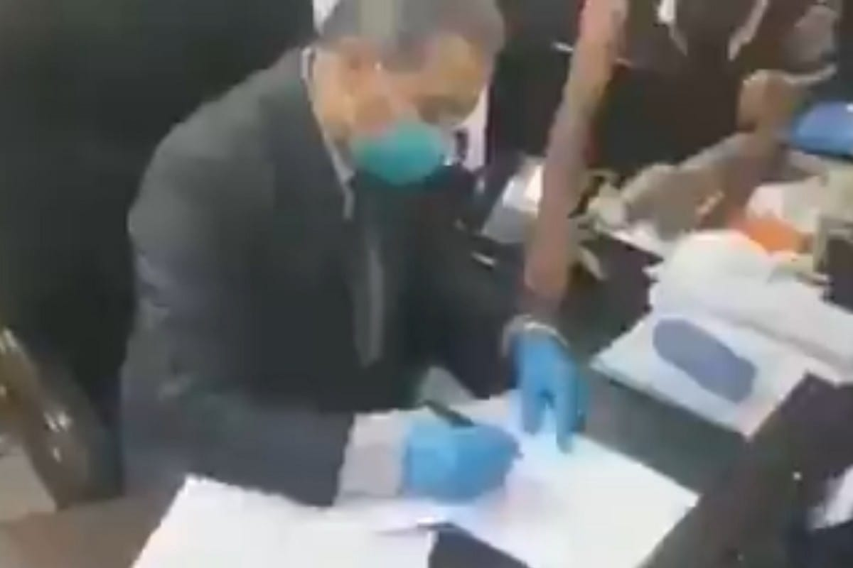 Abdul Hussain Al-Jabri, Iraq's health director is being forced to sign his resignation letter after protestors barged into his office, 4 June 2020 [Twitter]