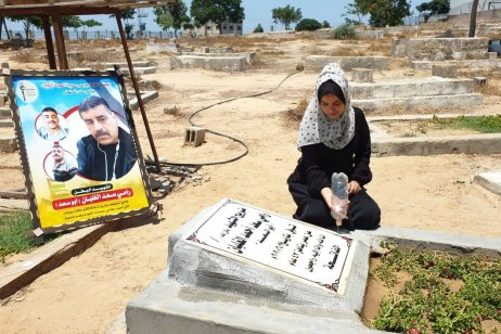Qmar Alghlban at her father's grave, 11 July 2020 (photo: Hasan Eslayeh)