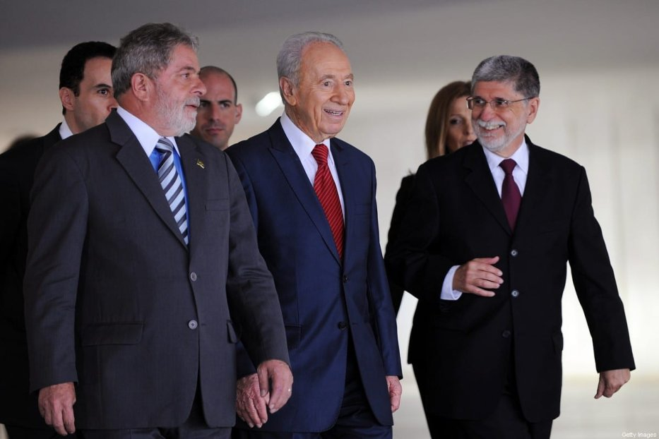 Israel's President Shimon Peres (C), Brazil's President Luiz Inacio Lula da Silva (L) and Brazilian Foreign Minister Celso Amorim are photographed during meeting at Itamaraty Palace in Brasilia, November 11, 2009. Peres is on a four-day official visit to Brazil. [EVARISTO SA/AFP via Getty Images]