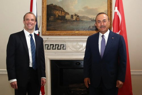 Turkish Foreign Minister Mevlut Cavusoglu (R) poses for a photo with Britain's Foreign Secretary Dominic Raab (L) prior to their meeting in London, UK on 8 July 2020 [Fatih Aktaş/Anadolu Agency]