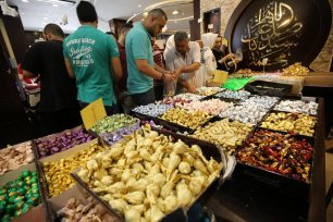 In preparation for Eid Gazans come to the sweet market, 30 July 2020 [Mohammed Asad/Middle East Monitor]