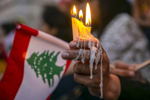 Tunisians light a candle during a demonstration in support of Lebanese people following the explosion in the port of Beirut, on August 06, 2020 in Tunis, Tunisia. ( Yassine Gaidi - Anadolu Agency )
