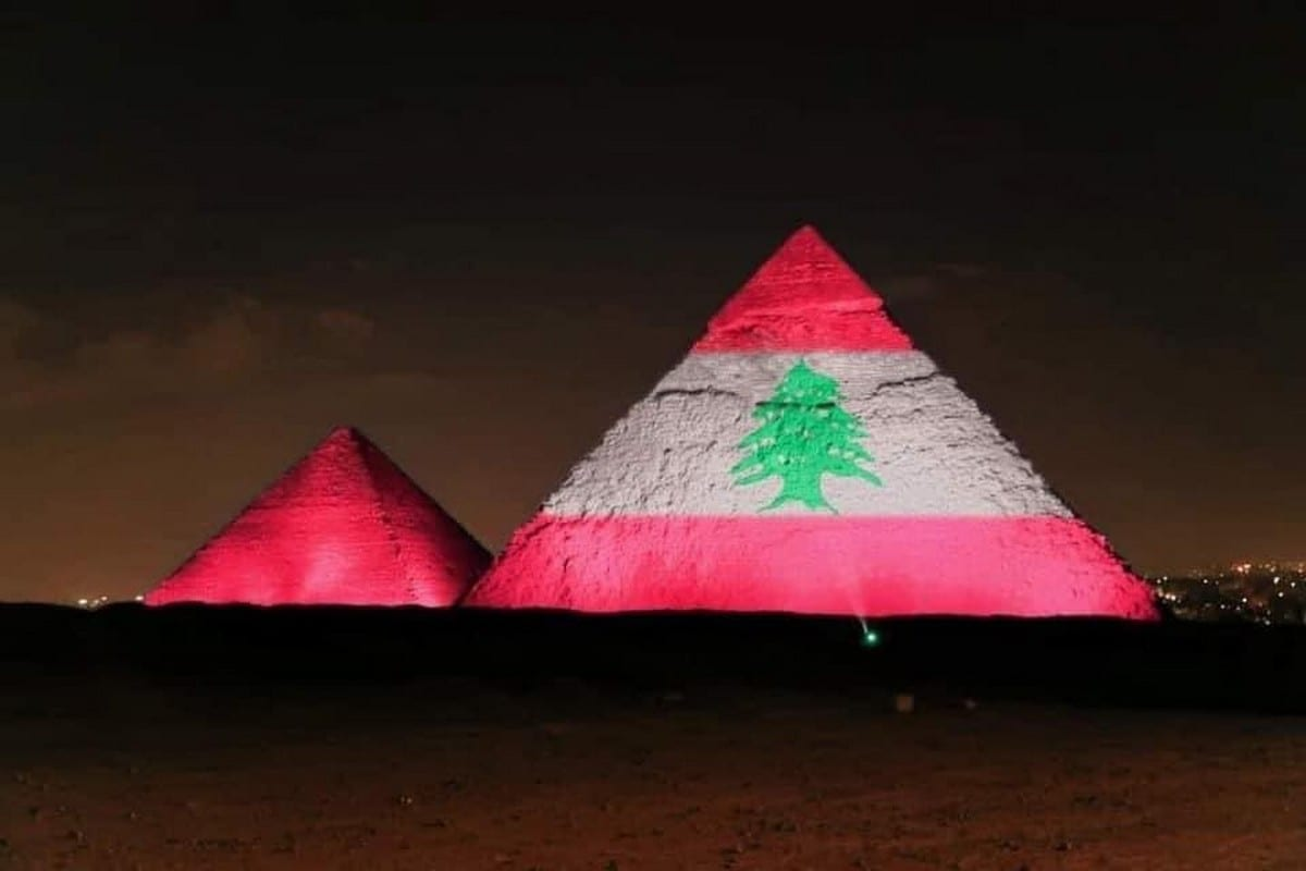 Egypt's pyramids have been lit up in with the Lebanese flag in solidarity over the explosion in Beirut, Lebanon on 4 August 2020 [mahaassar/Twitter]