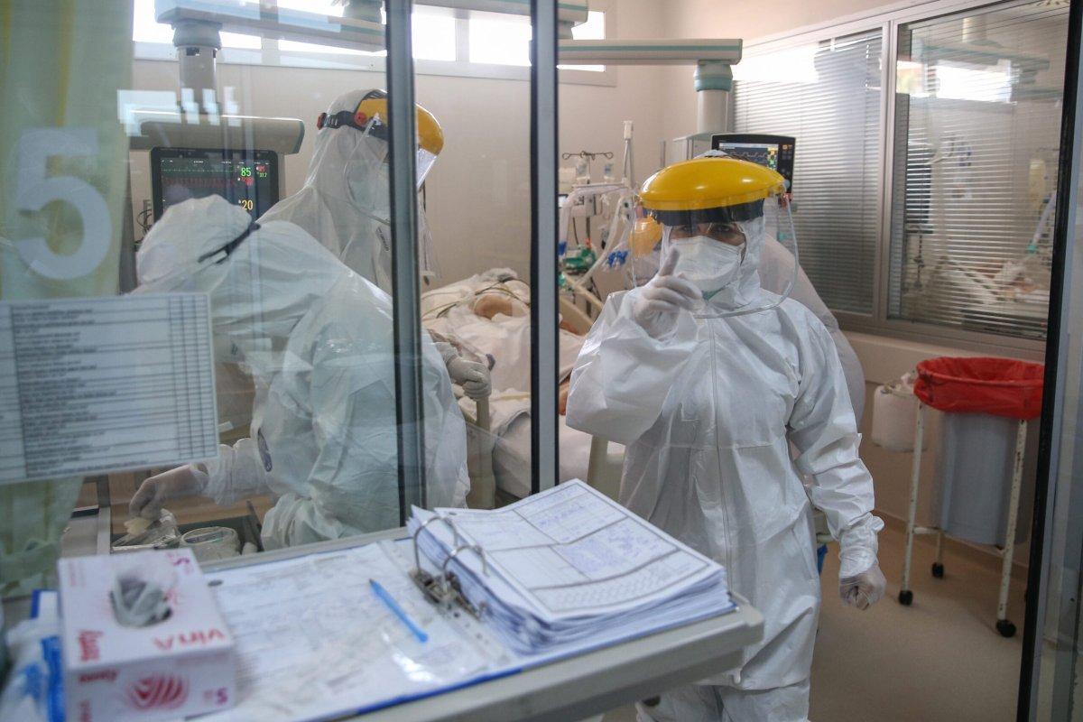 Healthcare workers take care of a patient infected with coronavirus (COVID-19) in Akdeniz University Hospital in Antalya, Turkey on September 09, 2020 [Orhan Çiçek/Anadolu Agency]