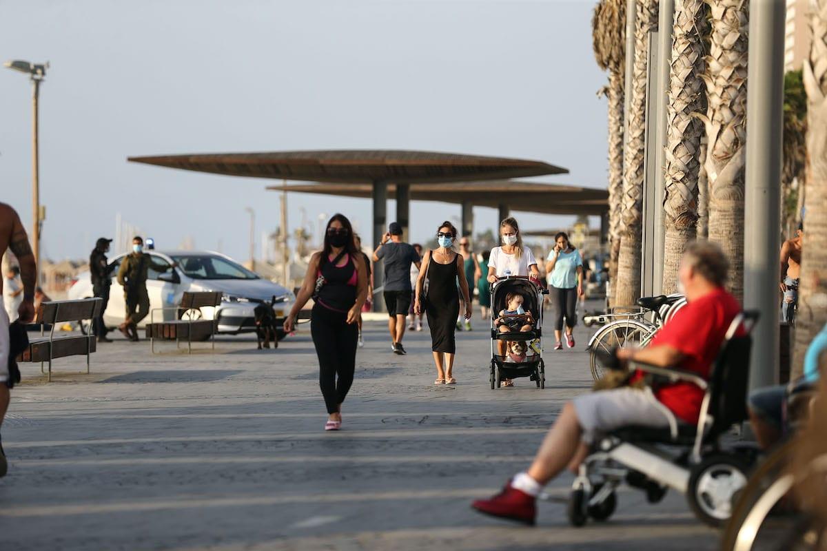 Israelis seen walking along the coastline at Tel Aviv beach, Israel on September 21, 2020 [Mostafa Alkharouf / Anadolu Agency]