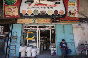 This Gaza market has re-opened after coronavirus closures in Gaza on 8 October 2020 [Mohammed Asad/Middle East Monitor]