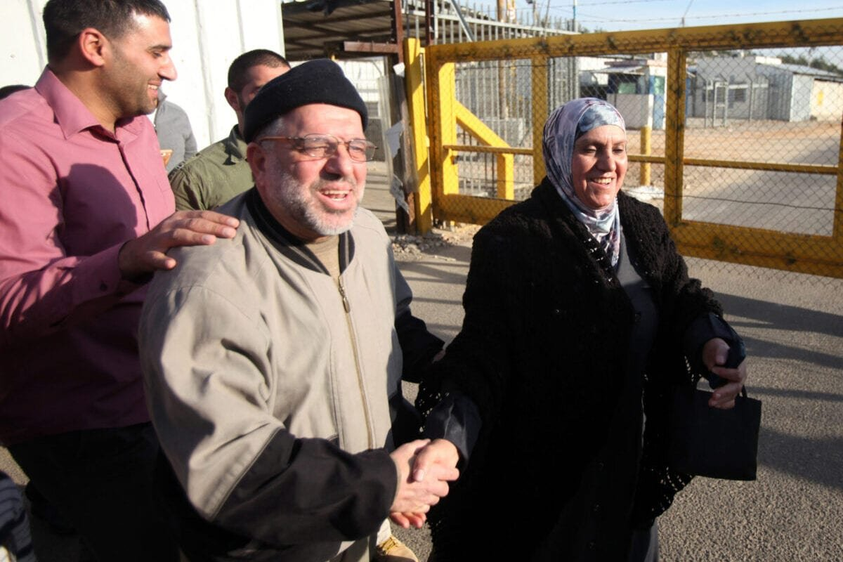 Palestinians greet and congratulate Sheikh Hassan Yousef (C), a prominent Hamas, following his release on January 19, 2014 after spending 28 months in Israel's Ofer prison, near the West Bank city of Ramallah [ABBAS MOMANI/AFP via Getty Images]