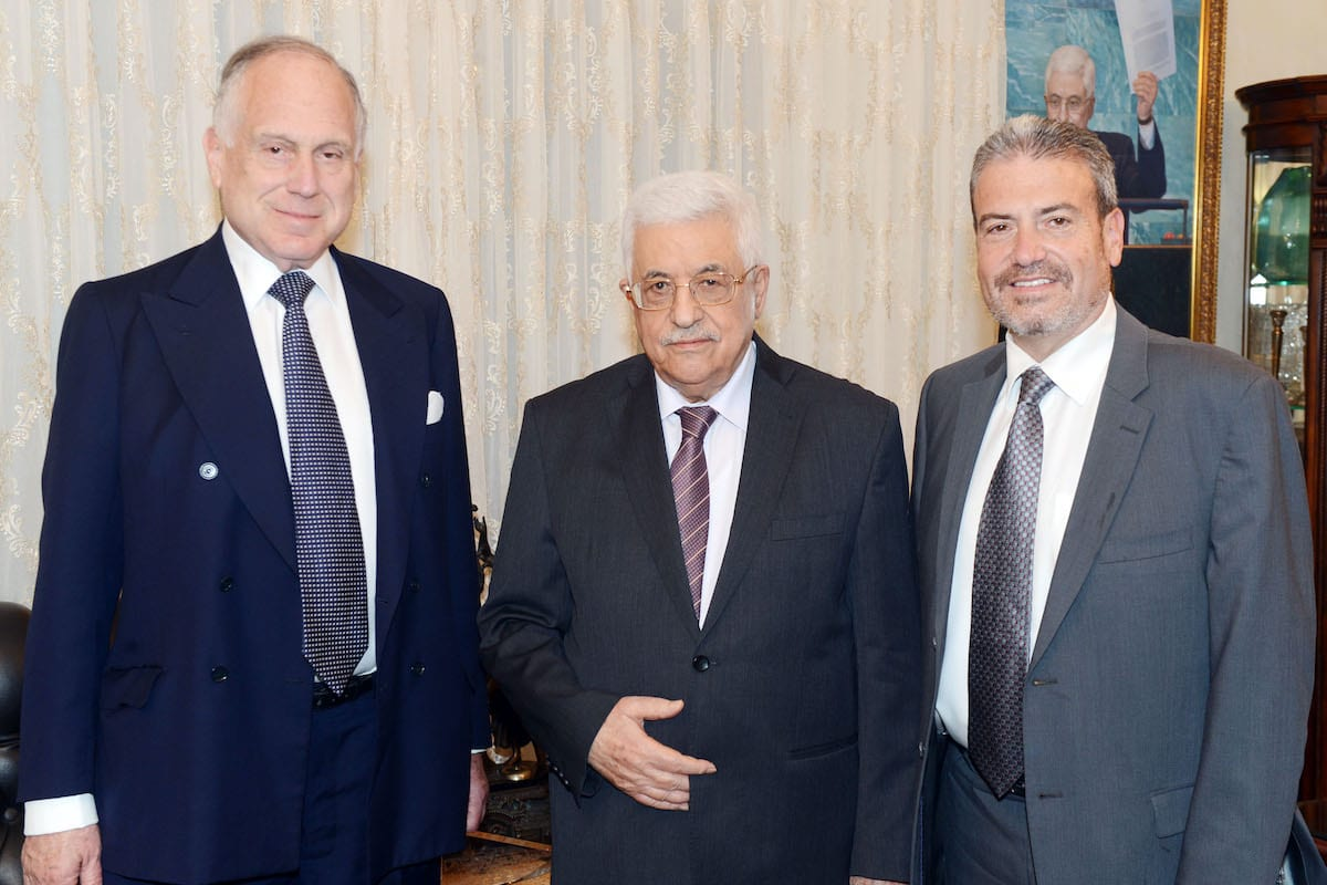 Palestinian President Mahmoud Abbas (C) meets with Ronald Lauder, Chairman of the World Jewish Congress (L) on 4 August 2015 in Amman, Jordan. [Thaer Ghanaim/PPO via Getty Images]