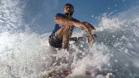 Gazan surfer Mohammed Abu Ghanim, on 11 November [Mohammed Asad/Middle East Monitor]