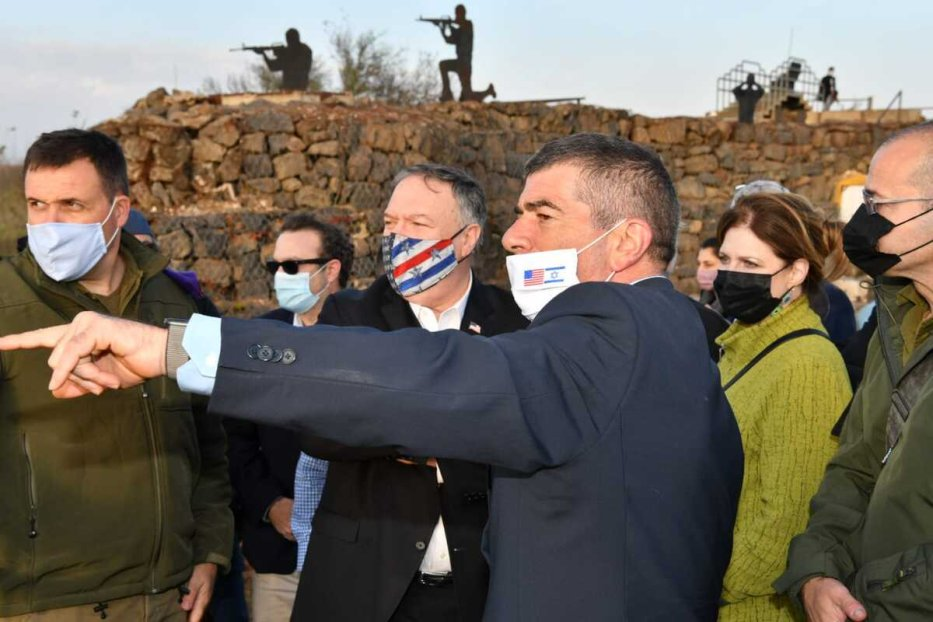 US Secretary of State Mike Pompeo (C) and Israeli Foreign Affairs Minister Gabi Ashkenazi (3rd L) inspect Golan Heights on 19 November 2020. [Israeli Foreign Ministry - Anadolu Agency]