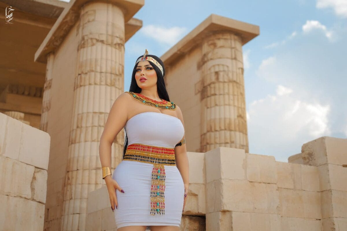 Salma Elshimy posted photographs of herself in an ancient Egyptian dress in front of the Pyramid of Djoser in the Saqqara archaeological area Egyptian police have detained Salma and a photographer [salma.elshimy.official/Facebook]