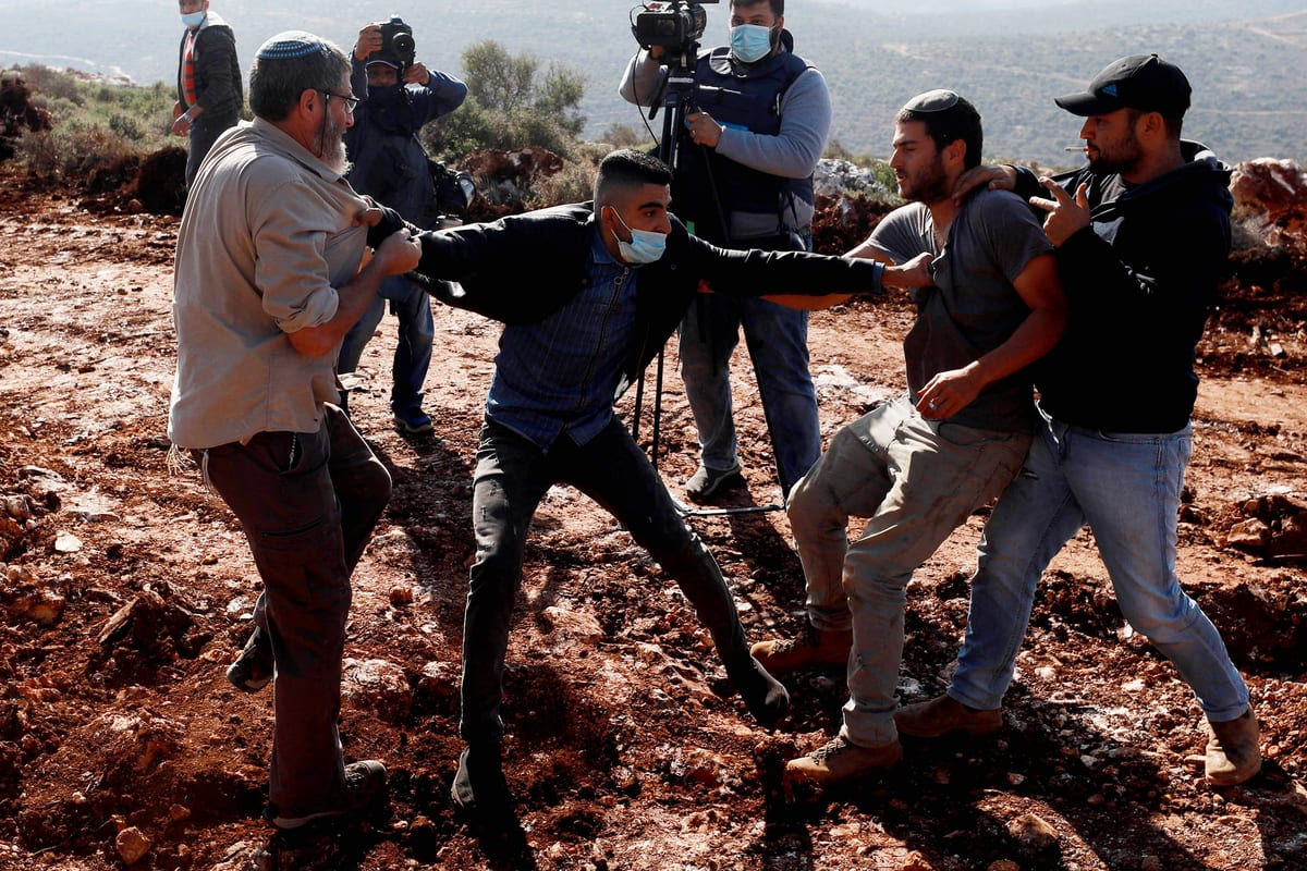 Jewish settlers brawl with Palestinians in the West Bank on November 30, 2020 [Issam Rimawi/Anadolu Agency]