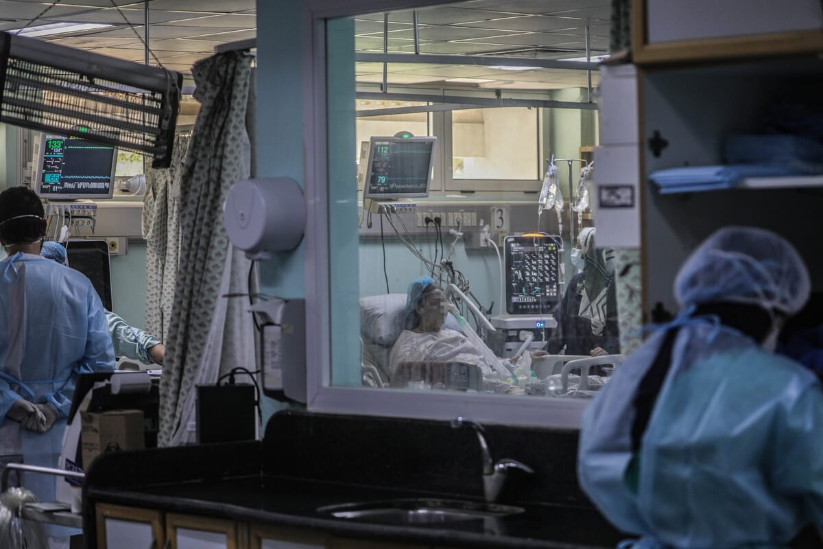 Health workers dealing with patients with COVID-19 in Gaza on 30 November 2020 [Abed Zagout/Anadolu Agency]