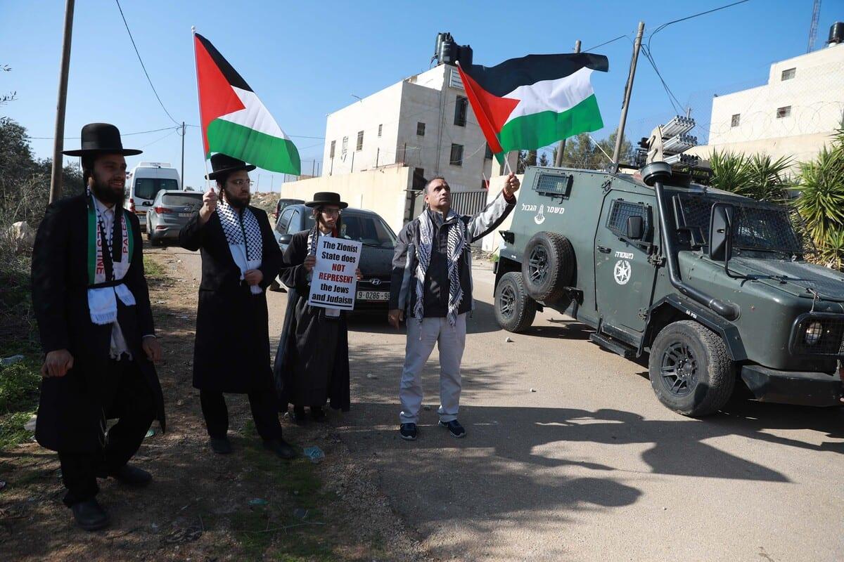 Members of Neturei Karta attend a demonstration against Israel's plan to construct Jewish settlements in Salfit's Er-Ras region , West Bank on 3 December 2020. [Issam Rimawi - Anadolu Agency]