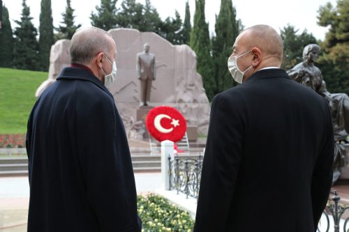 Turkish President Recep Tayyip Erdogan (L) and Azerbaijani President Ilham Aliyev (R) visit the grave of Heydar Aliyev, Former President of Azerbaijan, in Baku, Azerbaijan on December 10, 2020 [TUR Presidency/ Murat Cetinmuhurdar/Anadolu Agency]