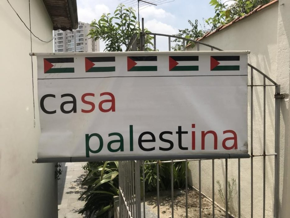 The sign on Hassan's stall in the street [Middle East Monitor]