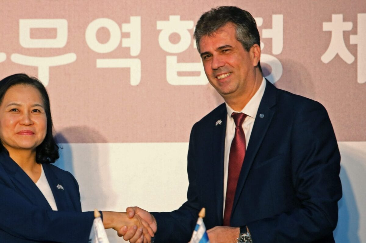 South Korean Trade Minister Yoo Myung-hee (L) and Israeli Economy and Industry Minister Eli Cohen stand after signing a free trade agreement between Israel and the Republic of Korea in Jerusalem on August 21, 2019. - South Korean Trade Minister Yoo Myung-hee and Israeli Economy and Industry Minister Eli Cohen declared the conclusion of their two countries joint negotiations on a free trade agreement. (Photo by Gil COHEN-MAGEN / AFP) (Photo credit should read GIL COHEN-MAGEN/AFP via Getty Images)