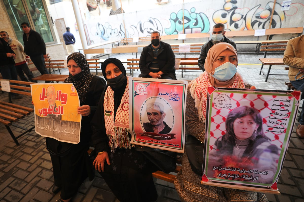 Palestinians gather in front of the International Committee of the Red Cross building to to protest the Israeli violations against the Palestinian prisoners in Israeli jails in Gaza Strip on 15 February 2021. [Mustafa Hassona - Anadolu Agency]