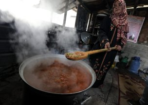 The Gaza soup kitchen providing respite for those in need [Mohammed Asad/Middle East Monitor]