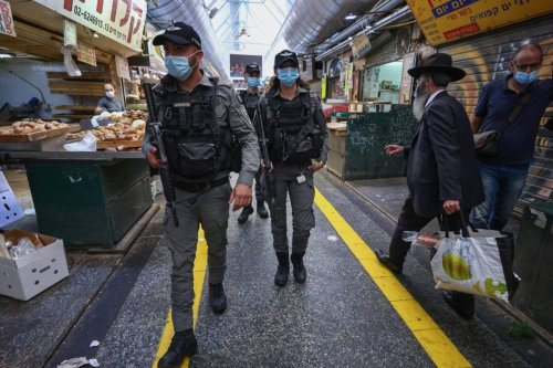 Israeli border policemen patrol Jerusalem's main market during closure as a series of measures to strengthen COVID-19 lockdown [EMMANUEL DUNAND/AFP via Getty Images]