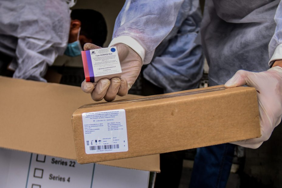 2000 doses of the Russian Sputnik vaccine arrived in the Gaza Strip [Mohammed Asad/Middle East Monitor]