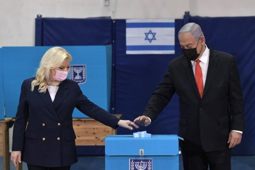 Israeli Prime Minister Benjamin Netanyahu (R) and his wife Sara Netanyahu (L) are seen as they are casting their votes at a polling station during 2021 Israeli legislative election in West Jerusalem on March 23, 2021 [Kobi Gideon/GPO/Handout/Anadolu Agency]