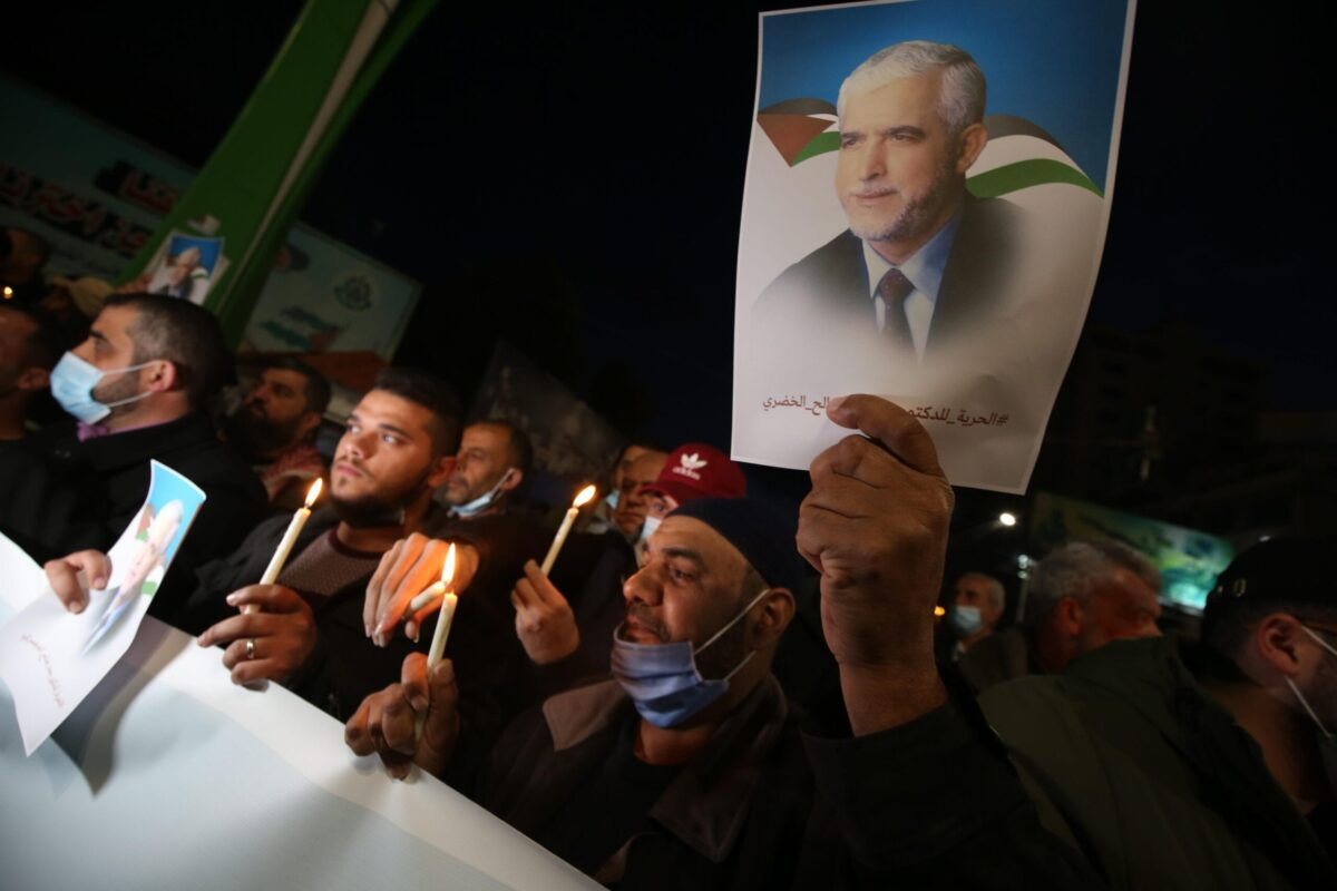 Palestinians stand in solidarity with detained ex-Hamas leader Khodari [Middle East Monitor]