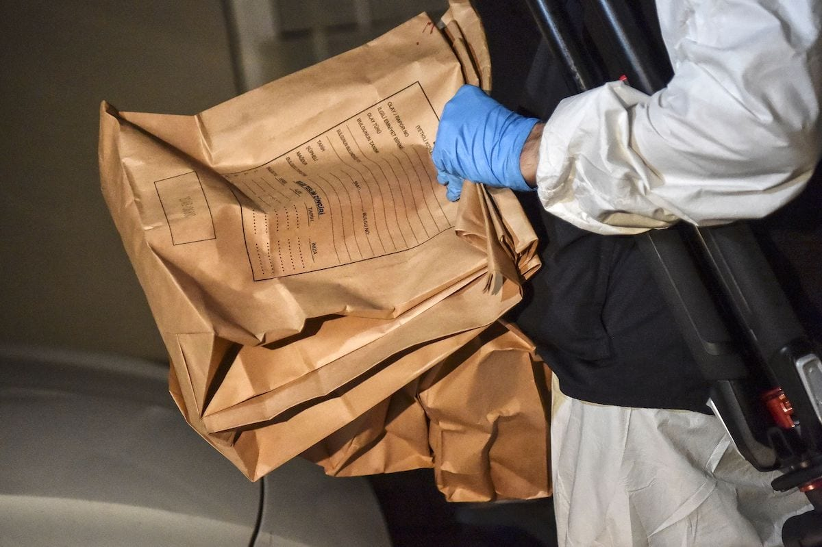 A Turkish forensic police officer carries evidence packs while he leaves the Saudi Arabiain Consulate on 18 October 2018 in Istanbul. [OZAN KOSE/AFP via Getty Images]