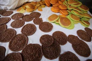 Gaza sees in Ramadan with atayef on 22 April 2021 [Mohammed Asad/Middle East Monitor]