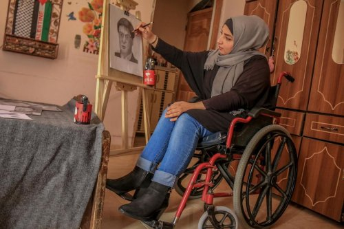 Palestinian uses art therapy to overcome trauma of paralysis