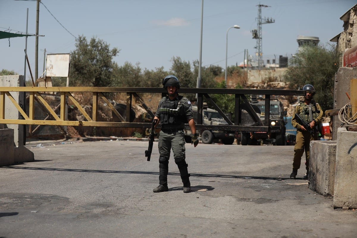Israeli forces take measures during a march by Palestinians against the Jewish settlers for seizing lands in Ni'lin district in western Ramallah, West Bank on 29 May 2021. [Issam Rimawi - Anadolu Agency]