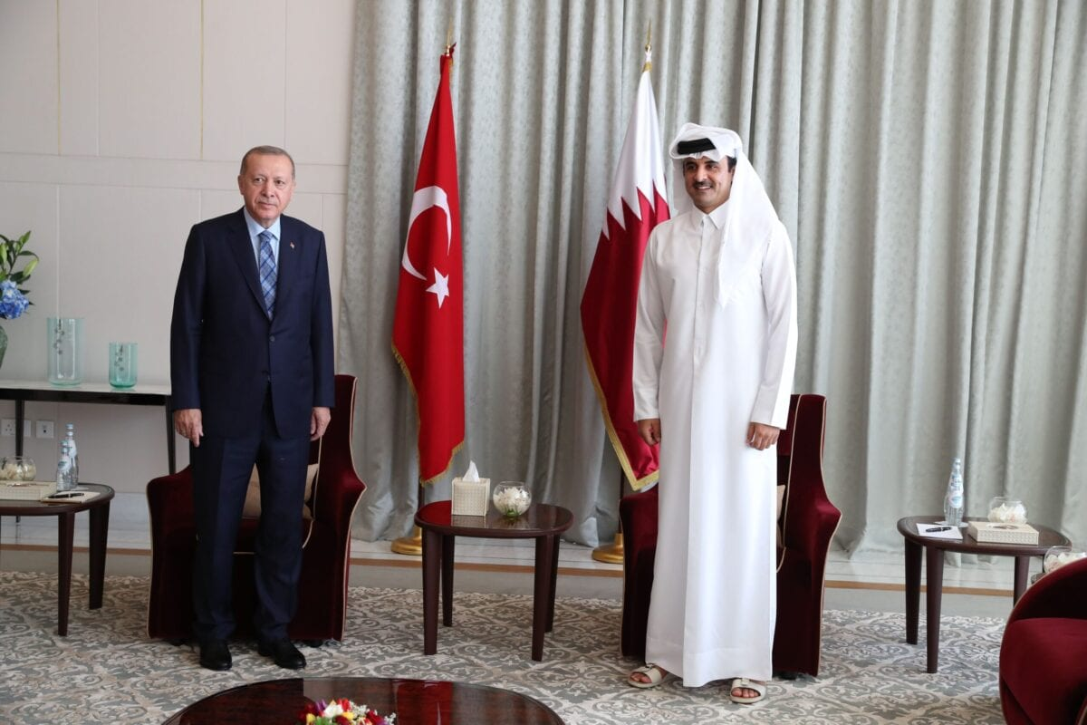Turkey's President Recep Tayyip Erdogan (L) meets Qatari Emir, Sheikh Tamim bin Hamad al-Thani in Doha, Qatar [MURAT CETINMUHURDAR/TURKISH PRESIDENTIAL PRESS SERVI/AFP via Getty Images]