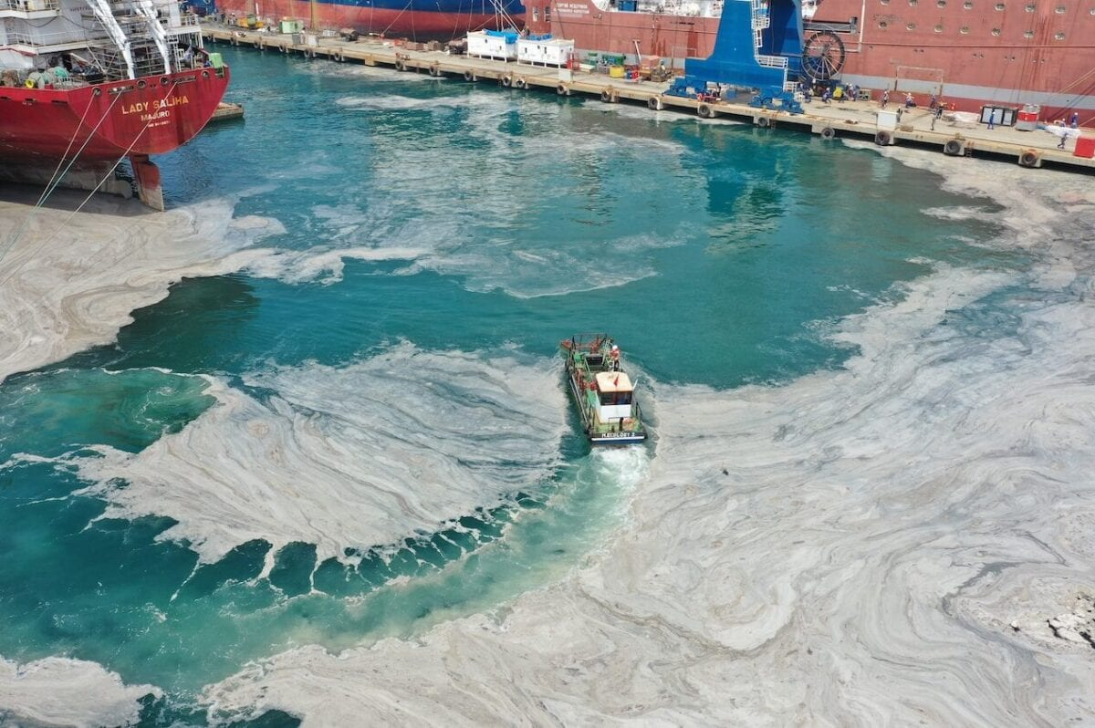 """YALOVA, TURKEY - JUNE 08: A drone photo shows a cleaning process for removing of mucilage also known colloquially as sea snot invading the Marmara Sea, at a shipyard region in Altinova district of Yalova, Turkey on June 08, 2021. Turkish Environment and Urbanization Ministry authorities initiate """"Marmara Sea Action Plan"""" involving public sector, academics networks, municipalities and NGOs to clean-up the Marmara Sea. ( Erhan Erdoğan - Anadolu Agency )"""