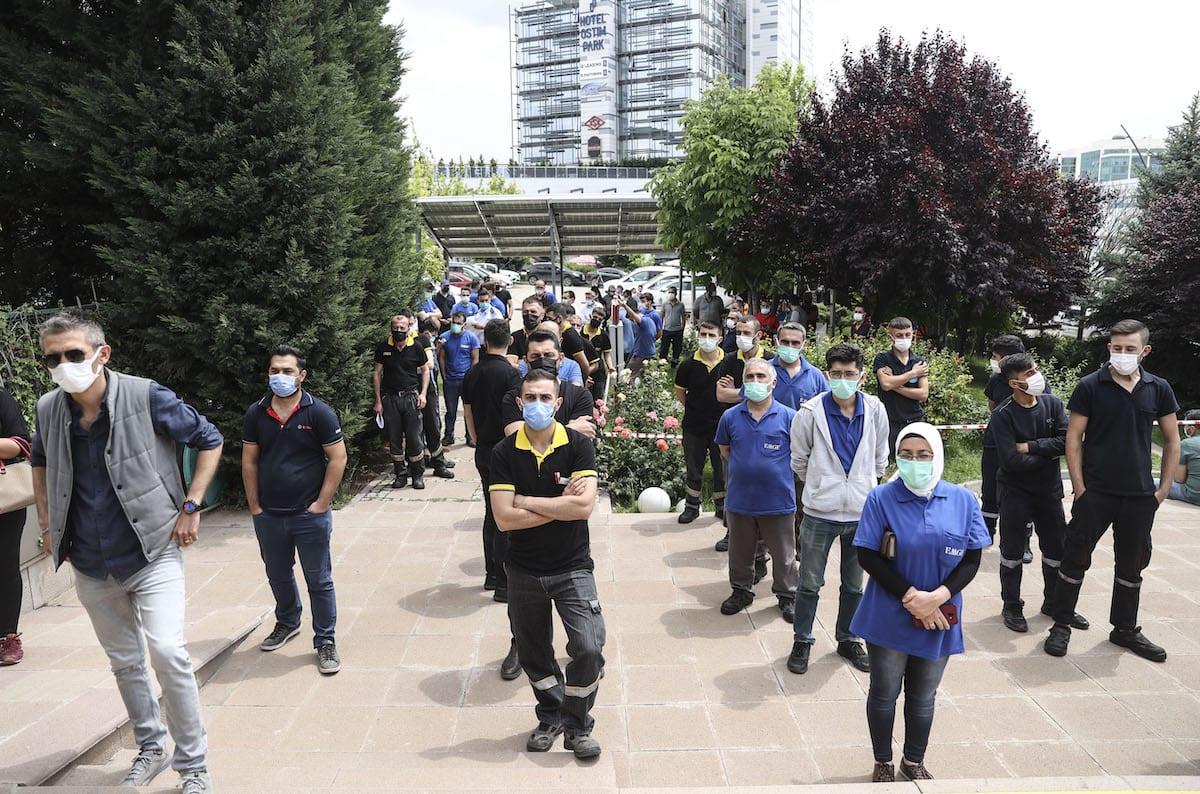 Employees in organized industrial zones queue to receive doses of coronavirus (COVID-19) vaccines by mobile teams at Ankara Organized Industrial Zone on 16 June 2021 in Ankara, Turkey. [Erçin Ertürk - Anadolu Agency]