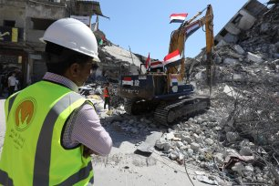 Egypt aid enter Gaza to help clear rubble [Mohammed Asad/Middle East Monitor]