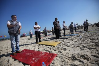 Yoga on the beach to help Gaza's medical teams tackle trauma [Mohammed Asad/Middle East Monitor]